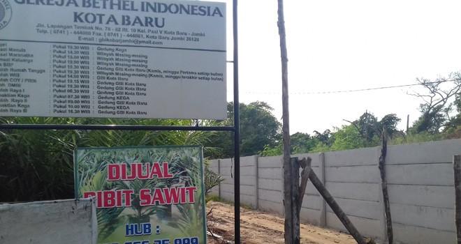 Jalan dikawasan RT 10, Kelurahan Paal 5, Kecamatan Kota Baru, ditembok pemilik tanah. Jalan yang 30 tahun terakhir digunakan sebagai akses jalan umum itu di klaim seseorang yang mengaku pemilik tanah.