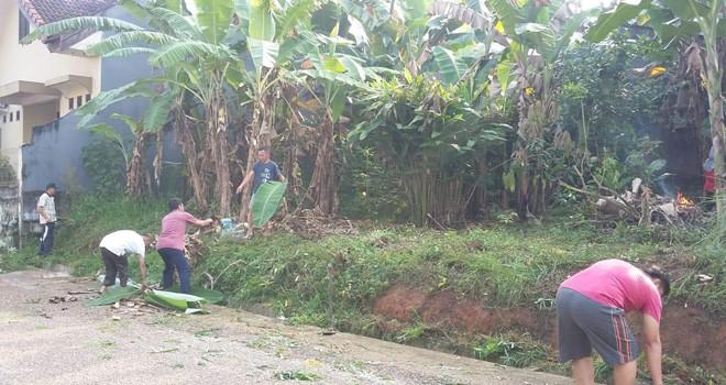 Warga bergotong royong membersihkan lingkungan mereka sebagai persiapan mengikuti perlombaan Kampung Bantar. Foto : Ist