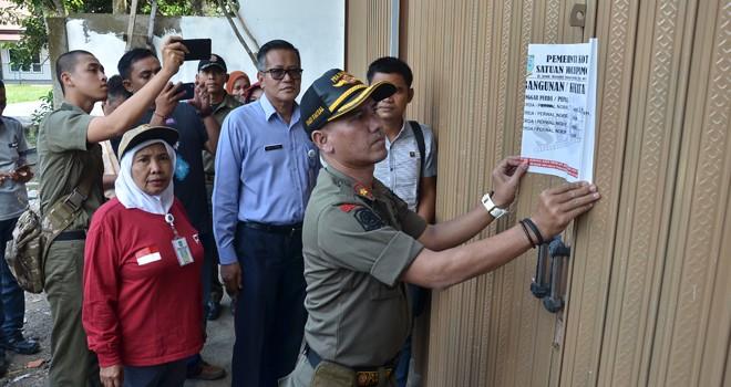 Tim terpadu Pemerintah Kota Jambi melakukan penyegelan terhadap bangunan ruko dan perumahan yang berdiri tanpa izin di kawasan Kecamatan Paal Merah, kemarin (28/2). Foto : M Ridwan / Jambi Ekspres