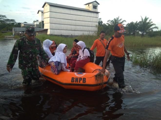 Waspada Banjir, Dandim 0419/Tanjab Himbau Masyarakat Hubungi Segera Babinsa. Foto : Ist