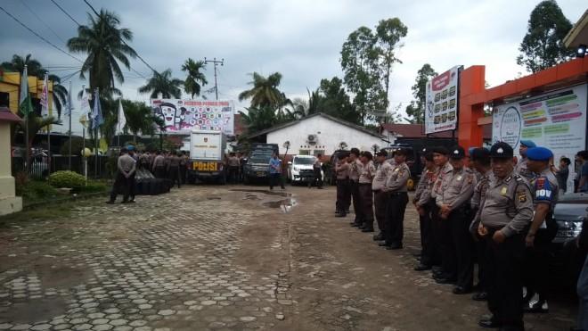 Puluhan personel kepolisian bersenjata lengkap siap siaga melakukan pengamanan di kantor KPU Provinsi Jambi, Jumat (1/3), foto :wan/ jambiupdate.