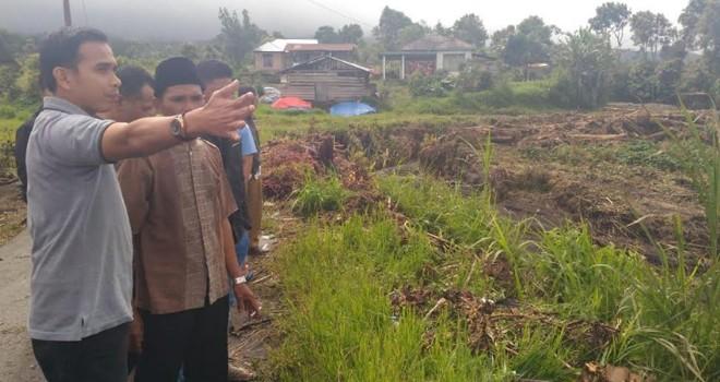 Calon Anggota DPR RI, Dipo Nurhadi Ilham menyalurkan bantuan kepada warga korban banjir bandang. Foto : Ist