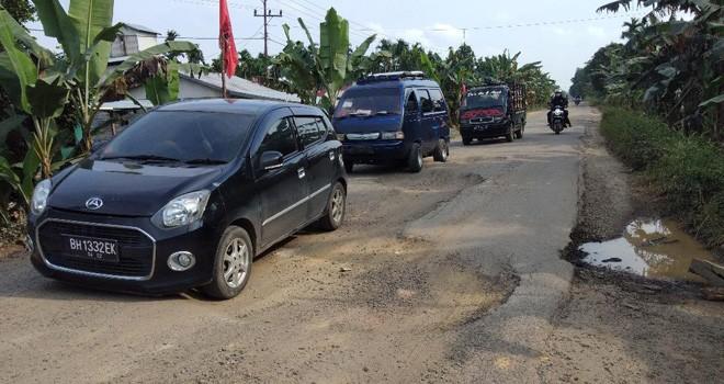 Kondisi Jalan di jalur nasional di Tanjabbar, berlubang dan mengancam keselamatan pengendara. Foto : Gatot / Jambiupdate