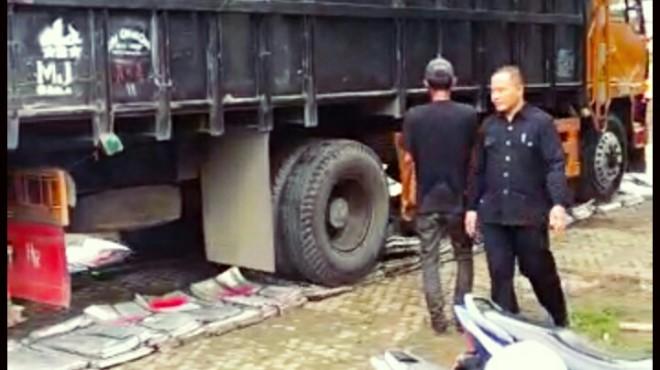 Ribuan kotak suara aluminium yang sudah tidak terpakai lagi di KPU Kota Jambi, diratakan dan digilas menggunakan truk Fuso, Senin (4/3).