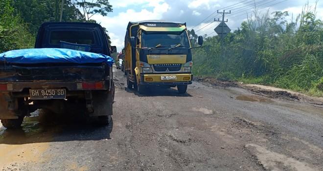 Terlihat truk yang melintas di Jalan Jambi-Muara Bulian. Kondisi jalan sudah semakin parah karena sering dilewati truk batu bara yang melebisi tonase. Foto : Ist
