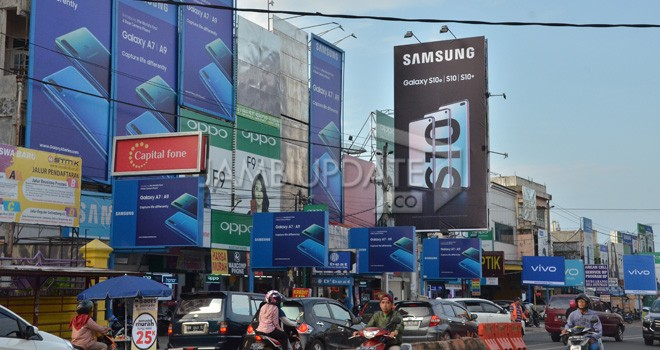 BPPRD Kota Jambi terus menertibkan reklame yang menyalahi aturan. Terutama reklame di Sipin. BPPRD terus melakukan penataan lokasi dan zona yang telah ditetapkan. Foto : M Ridwan / Jambi Ekspres