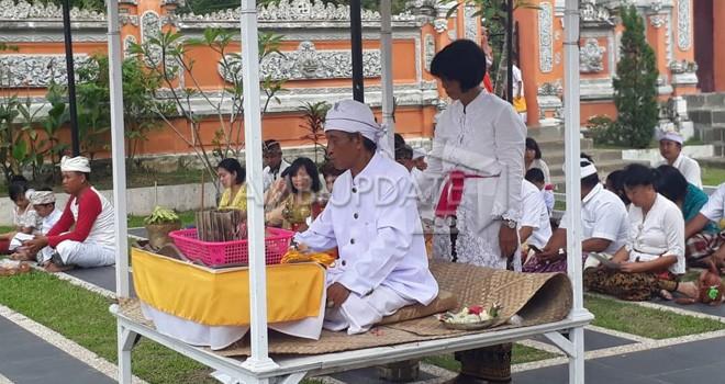 Upacara Melasti Umat Hindu di Pura Giri Indra Lokha Pal X Kota Baru, Rabu (6/3). Foto : M Ridwan / Jambi Ekspres
