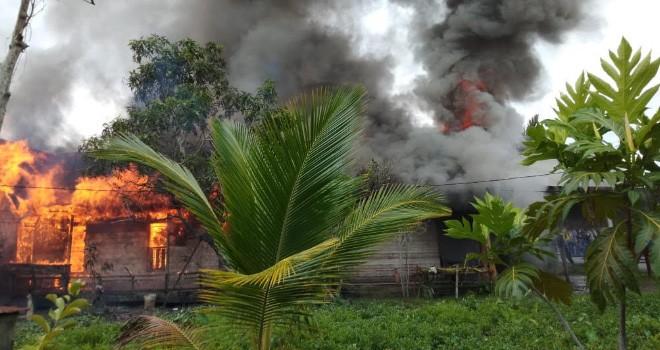 Kebakaran di Jalan Jendral Gatot Subroto (Manunggal 1), RT. 11 Kelurahan Tungkal II, Kecamatan Tungkal Ilir, Kabupaten Tanjabbar Kamis (7/3). Foto : Gatot / Jambiupdate
