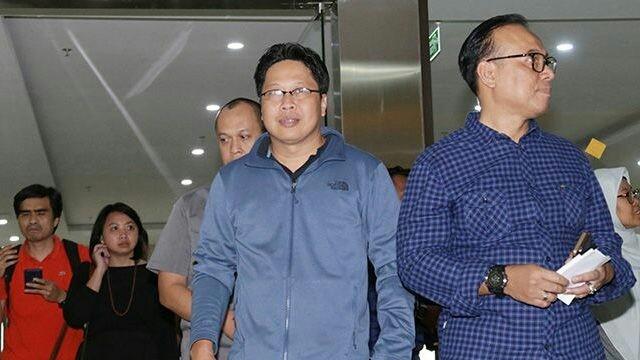 Robertus Robet (kanan), Dosen Universitas Negeri Jakarta (UNJ) sekaligus Aktivis HAM usai pemeriksaan, Kamis (7/3/2019). (SALMAN TOYIBI / JAWA POS)