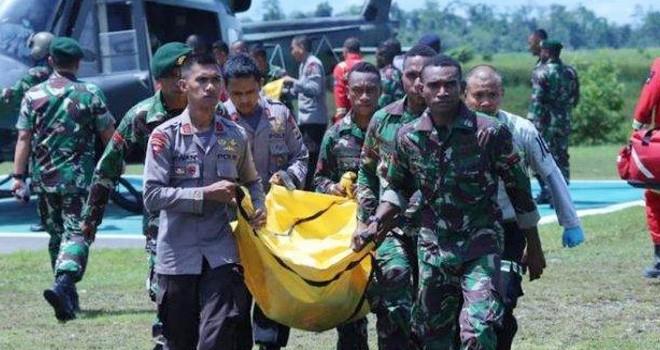 Jenazah TNI korban penembakan KKSB di Papua dievakuasi. Foto : Ist