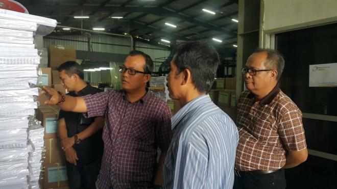 Ketua Bawaslu provinsi Jambi Asnawi bersama Pimpinan Bawaslu Fachrul Rozi mendatangi perusahaan pencetak surat suara di Bogor. Kamis (7/3).
