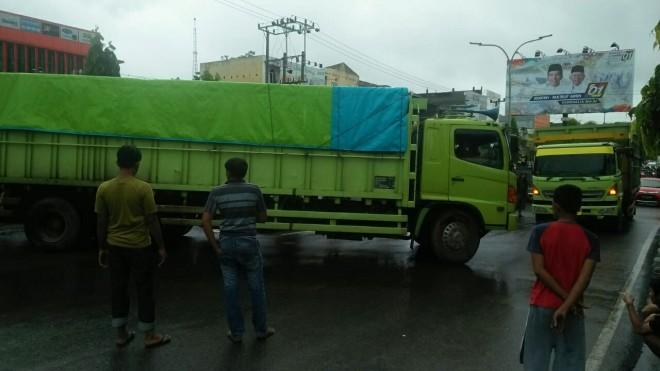 NEKAT : Truk bertonase besar saat melintasi JL Pattimura sepekan lalu. Truk besar masih nekat masuk karena tidak ada pengawasan petugas pada gerbang Kota Jambi. Foto: Hafiz/JE.