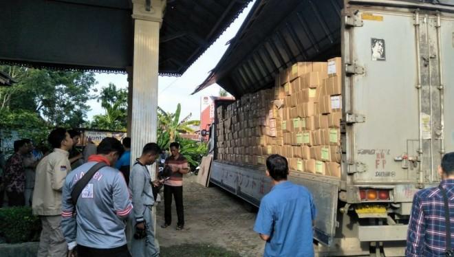 Komisi Pemilihan Umum (KPU) Kota Jambi menerima pengiriman surat suara Pemilu 2019 dari perusahaan percetakan. Foto : Ist
