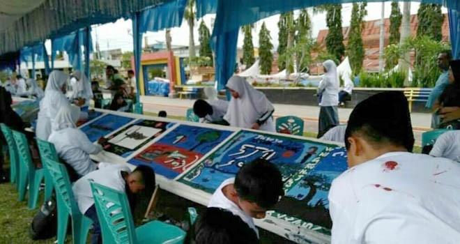 Murid SD di Kerinci saat lomba melukis aksara Incung.