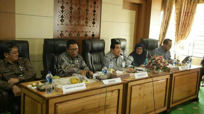Walikota Sungai Penuh H. Asafri Jaya Bakri (AJB), menyambut kedatangan tim Kasatgas Korsubgah KPK, yang dipimpin, Aida Ratna Zulaiha, Kamis (14/3).