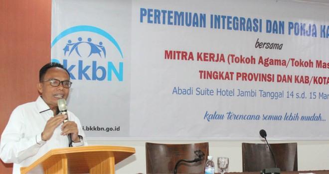 Kepala Perwakilan BKKBN Provinsi Jambi Mukhtar Bakti., SH., MA membuka Pertemuan Integrasi dan Pokja Kampung KB Bersama Mitra Kerja Toga Toma di Abadi Suite Hotel Jambi, (14/03). Foto : Ist
