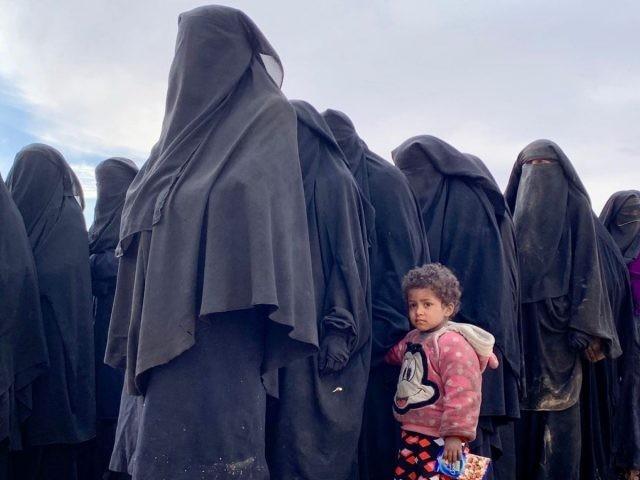 Istri dan anak ISIS ramai-ramai keluar dari Desa Baghouz yang dikuasai ISIS di Suriah Timur (Sky News)