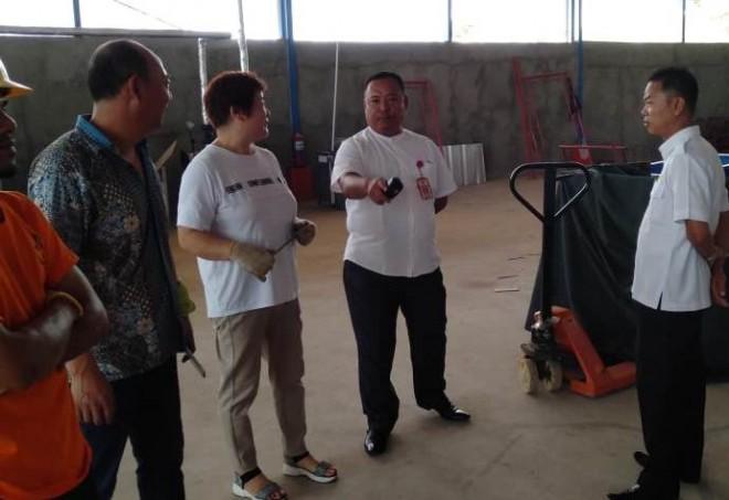 Arsyad, Kepala Disnaker Sarolangun saat bertemu TKA asal Tiongkok di Perusahaan pensil yang berada di Kecamatan Pelawan. (FOTO: HADINATA)