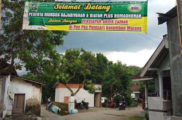 Spanduk ucapan selamat datang bagi para peserta program triwulan menyongsong meteor yang terpasang di jalan menuju Pondok Pesantren Miftahul Fallahil Mubtadiin (MFM), Kasembon, Kabupaten Malang. (Fisca Tanjung/ JawaPos.com)