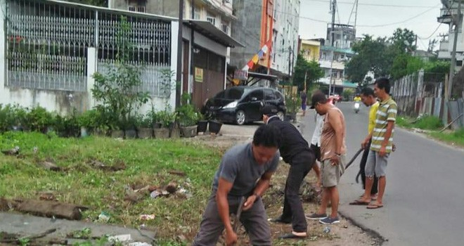 Warga melaksanakan gotong royong sebagai slaah satu kegiatan dalam mempersiapkan Kampung Bantar. Foto : Ist