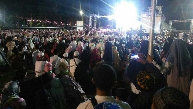 Tabligh Akbar dengan mengundang Habib Syech Assegaf, di lapangan Balaikota Jambi, Jumat (15/3).