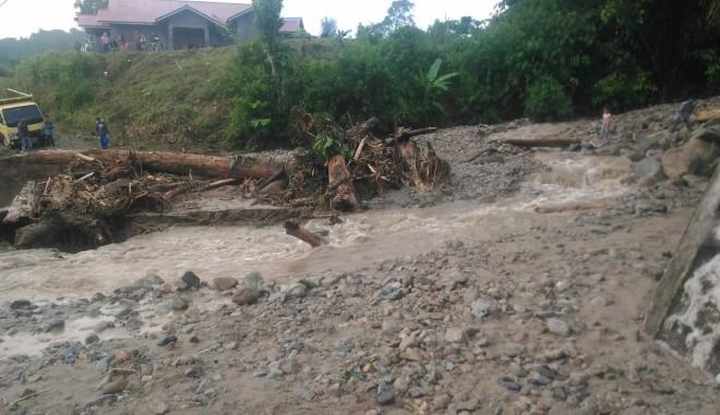 Banjir bandang mengantam Desa Rantau Kermas, Kecamatan Jangkat, Kabupaten Merangin. Foto : Ist