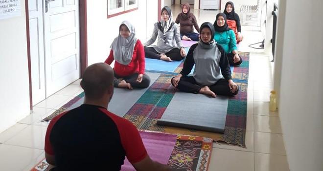 Aktivitas yoga di Puskesmas Kuala Tungkal. Foto : Gatot Sunarko / Jambi Ekspres