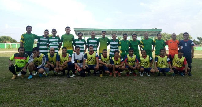Kesebelasan Pers FC dan Kesebelasan Askot Jambi foto bersama sebelum pertandiangan. Foto : Ist