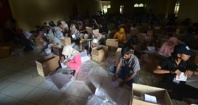 Sejumlah masyarakat tengah melakukan pelipatan dan penyortiran surat suara Pemilu 2019.  FOTO : M. RIDWAN/JE