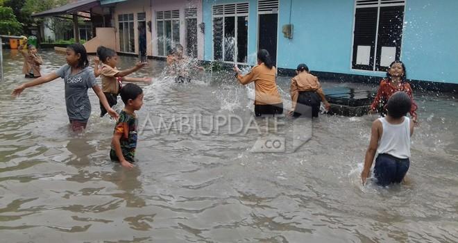 Di Kota Jambi ada 9 titik yang menjadi langganan banjir. Budiman dan Sulanjana. Untuk menangani itu Pemkot Jambi akan membangun kolam retensi.