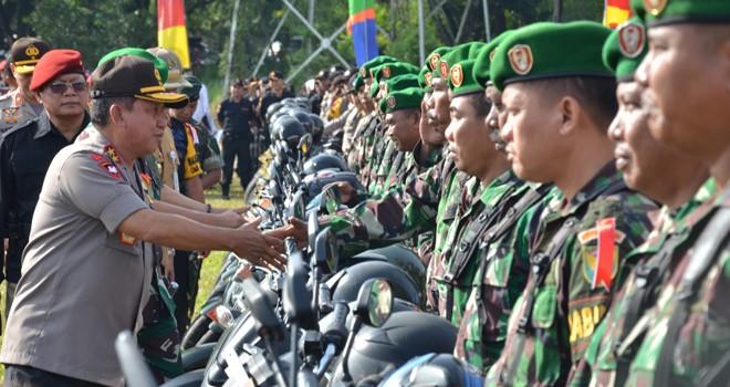 Muchlis AS dan Danrem 042 Gapu Kolonel Arh Elphis Rudi saat meninjau kesiapan pasukan pengamanan Pemilu kemarin (22/3). Foto : M Ridwan / Jambi Ekspres