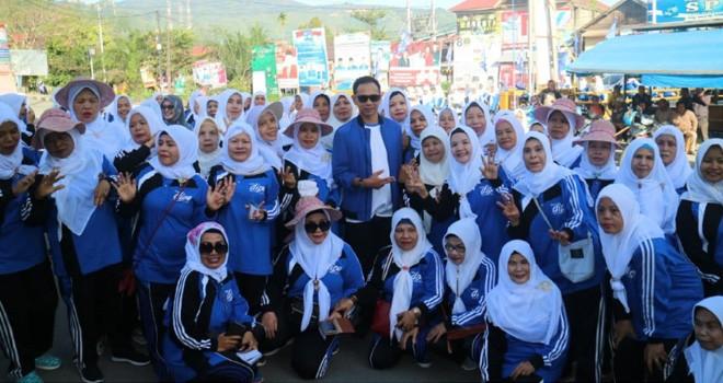 Dipo Nurhadi Ilham bersama masyarakat menyisir jalan di kawasan kota sungai penuh. Foto : Ist
