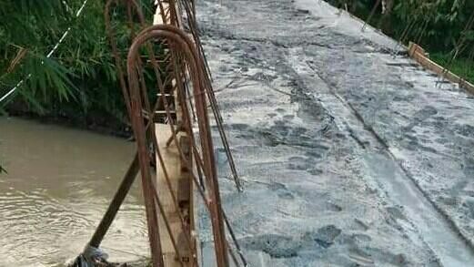 Terlihat Besi Jembatan yang saat Ini sudah Dicor.