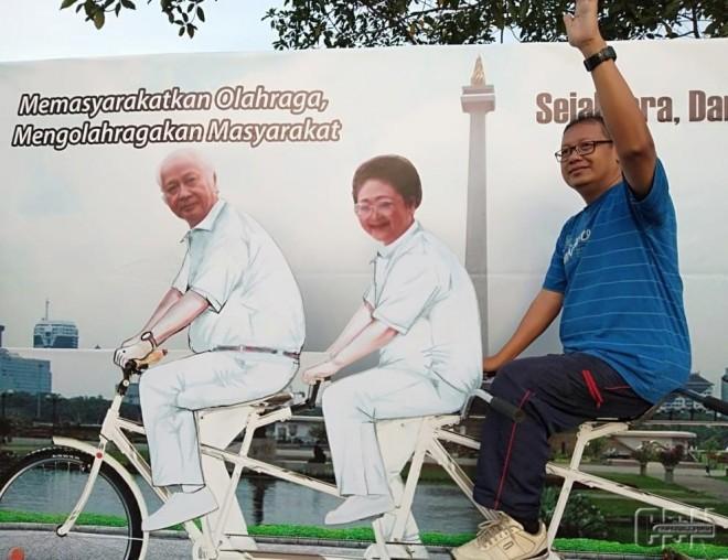 Antusias warga foto bersama Pak Harto dan Ibu Tien. Foto/ist.