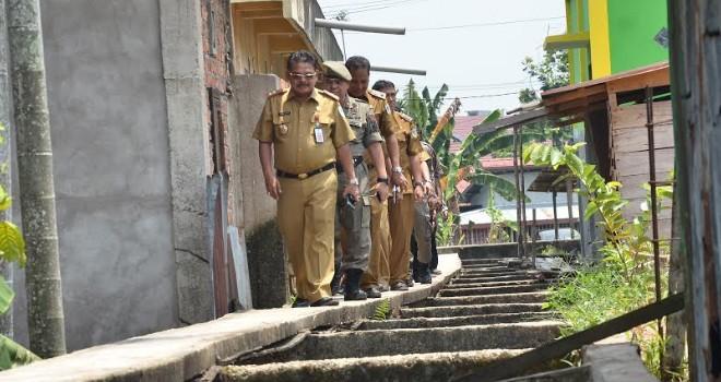 Tim terpadu Pemerintah Kota Jambi menelusuri bangunan yang berdiri di atas drainse beberapa waktu lalu. Foto : M Ridwan / Jambi Ekspres