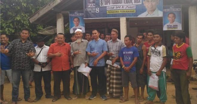 Caleg DPR RI, Dipo Nurhadi Ilham bersama masyarakat air hitam ketika berkujung ke Sarolangun. Foto : Ist