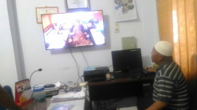 Kabid pasar saat melihat kondisi kios ikan melalui CCTV.