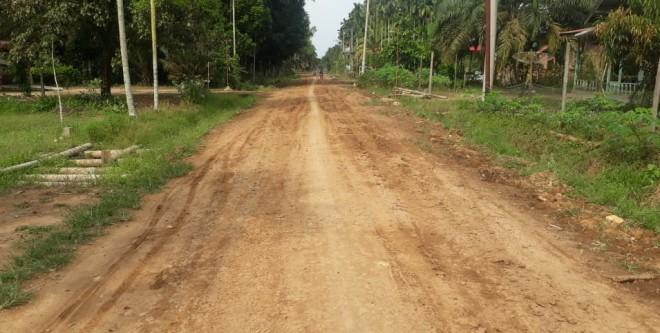 Kondisi jalan SK 1 sampai SK 2 Ekajaya Kelurahan Rantau Indah, Kecamatan Dendang setelah di scrap oleh salah satu Caleg PAN Tanjabtim. Foto : Maulana / Jambiupdate