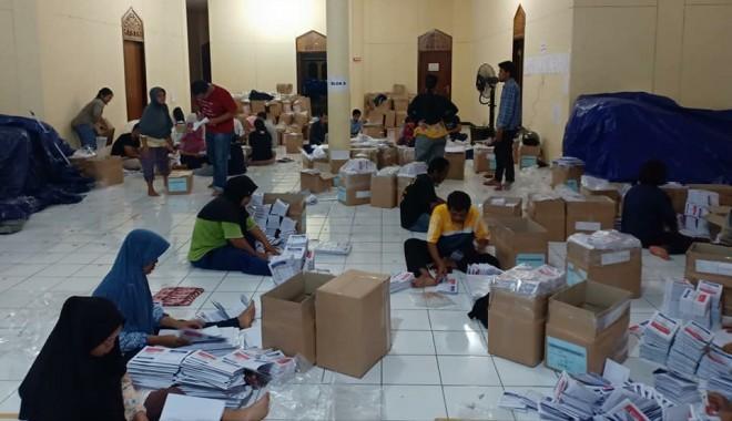 Para petugas sortir memasukan surat suara Pemilu kedalam kerdus sebelum distribusi dilakukan. Foto : Ist