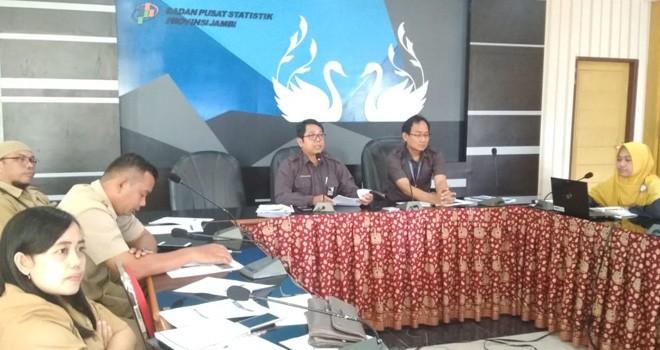 Kepala Badan Pusat Statistik (BPS) Provinsi Jambi, Dadang Hardiwan saat konferensi pers, di Kantor BPS Jambi, Senin (1/4)