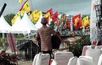 Panggung kampanye Jokowi roboh di Lapangan Karebosi Makassar. Foto : FB/Busrianto