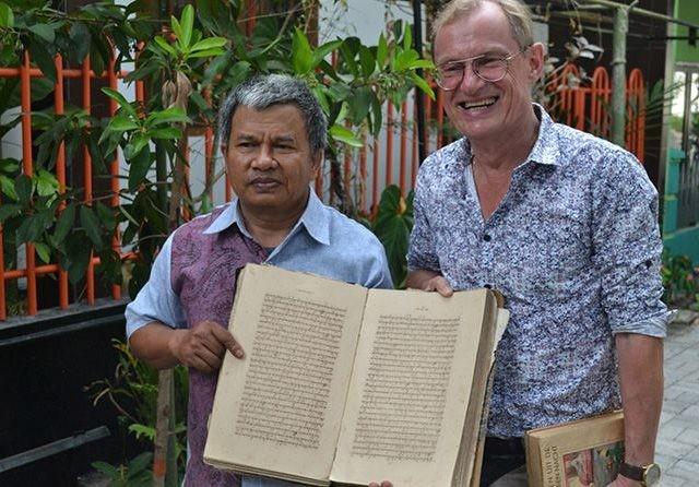 Lulut Edi Santoso, guru SMAN 3 Kolektor Manuskrip Jawa Kuno yang usianya lebih dari tiga abad bersama Profesor asal Belanda Dick Van Der Meij (kanan) (Sandra/Jawa Pos Radar Malang)