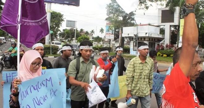 Aksi solidaritas untuk Pers Mahasiswa Suara USU, Kamis (4/4). Foto : Ist