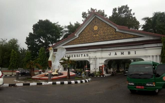 Suasana di depan pintu masuk Universitas Jambi (UNJA). Foto : Andri / Jambiupdate