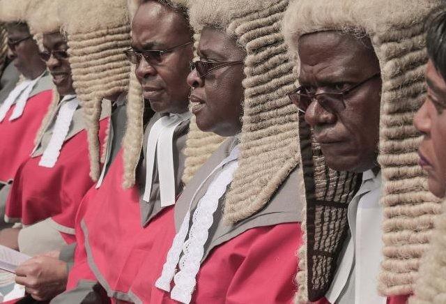 Komisi Layanan Kehakiman negara itu memesan 64 wig rambut dari Stanley Ley Legal Outfitters di London dengan biaya total USD 155.000 atau Rp 2,1 miliar lebih (Belal)
