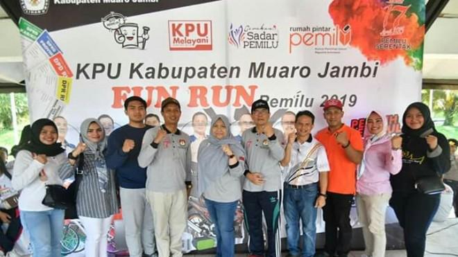 Bupati Muaro Jambi Hj Masnah Busro SE ikut menghadiri acara Jalan Santai menjelang datangnya Pemilihan Umum 17 April 2019 mendatang, acara ini digelar di Lapangan Bukit Cinto Kenang Sengeti pada Minggu (7/4) pagi.