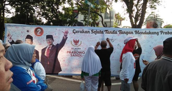 Relawan Gelar Aksi Sejuta Tanda Tangan Dukung Prabowo-Sandi. Foto : Ist