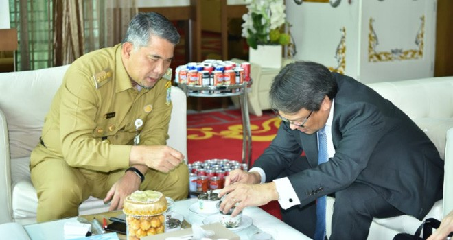 Walikota Jambi, Syarif Fasha, saat menerima kunjungan dari Konsulat Jenderal Singapura untuk Indonesia, Richard Groose di Rumah Dinas Walikota Jambi, Senin (8/4). Foto : Ist