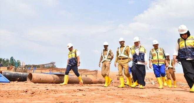 Walikota Jambi meninjau pembangunan TPA dengan sistem sanitary landfill (8/4). Foto : Ist