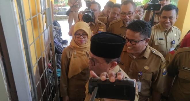 Gubernur Jambi Fachrori Umar Saat Meninjau Pelaksanaan UNBK di SMAN 10 Kota Jambi.
